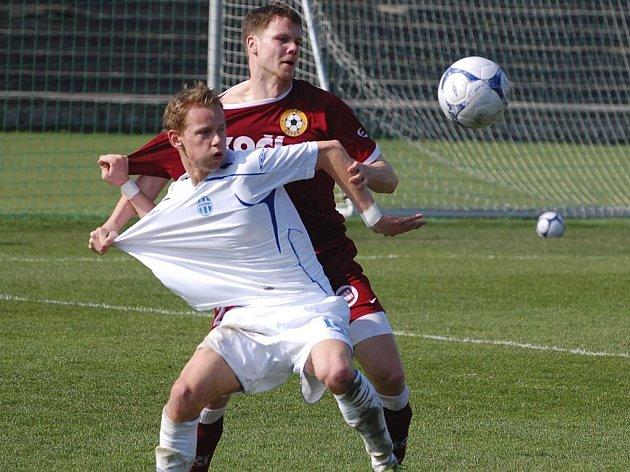 Hostující Roman Pivoňka (vzadu) atakuje v souboji o míč Jana Chramostu v utkání minulého kola třetí fotbalové ligy, ve kterém Mladá Boleslav B prohrála doma s Pískem 1:3.