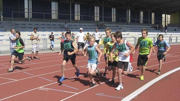 Na snímku je start závodu mladších žáků na 800 metrů, s číslem 13 je chyšecký Pavel Gocala, za ním s číslem 6 běží jeho oddílový kolega Jindřich Mareš.