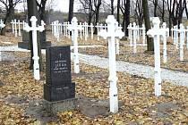 VOJENSKÝ HŘBITOV. Nákladem téměř dva miliony korun bylo opraveno pohřebiště, kde je umístěno 352 samostatných hrobů vojáků z různých bojišť první a druhé světové války.