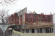V areálu písecké nemocnice se na místě bývalého parkoviště buduje nový pavilon Q. Budou v něm laboratoře.