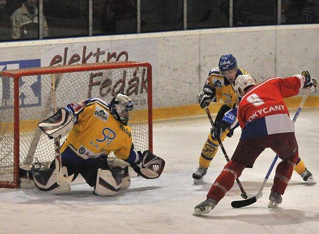 Ani z této šance domácí Tomáš Hrubý (č. 9) nepřekonal brankáře hostí Filipa Kubiše. V utkání minulého kola druhé hokejové ligy prohrály Rokycany v prodloužení doma s Pískem 4:5.