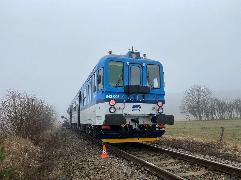 Srážka vlaku s osobním autem u obce Branice.
