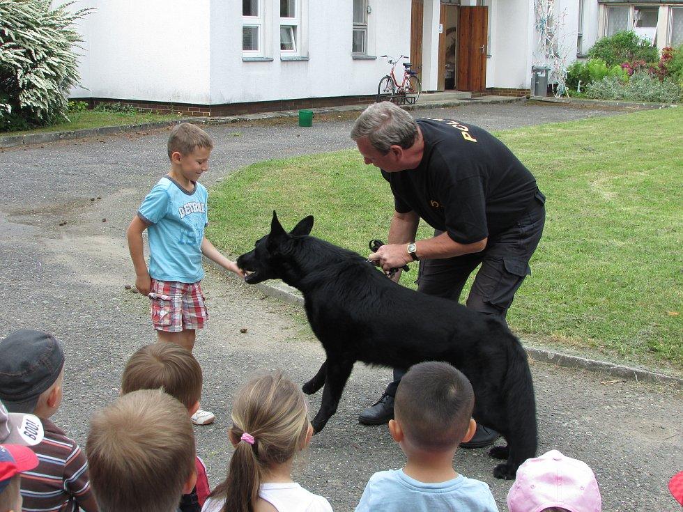 Mateřinku v Čimelicích navštívili psovodi.