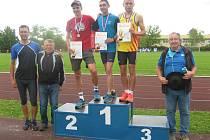 Medailisté na 3 km mužů - druhý Jiří Csirik, vítěz Roman Budil, třetí Ondřej Kohout, vlevo stojí býv. čs. reprezent. Stanislav Hoffman a vpravo předseda JčKAS Pavel Novák.