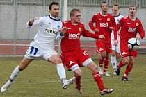 Domácí Michal Held v osobním souboji s hostujícím Pavlem Širancem (vlevo) v utkání minulého kola České fotbalové ligy, ve kterém Písek prohrál s Libercem B 0:1.