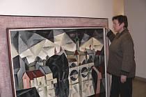 PŘÍPRAVY. Kurátorka výstavy Písek ve výtvarném umění Irena Mašíková  instaluje práce výtvarníků.