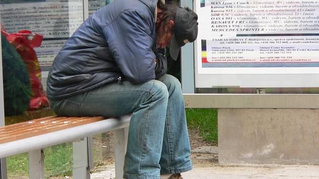 Bezdomovci jsou i v Písku. Tento odpočíval blízko píseckého kostela.