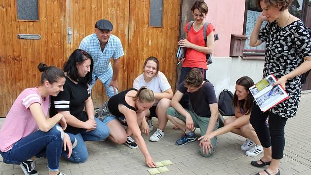 Studenti hledali vhodné umístění pro kameny zmizelých pomocí papírových maket.