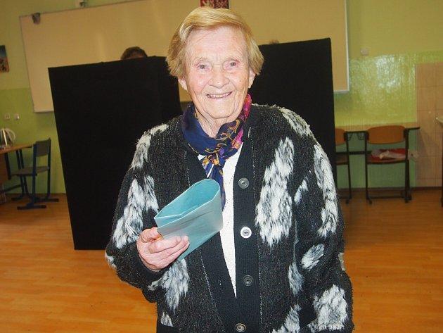 Krajské volby vPísku. Na snímku je šestadevadesátiletá Anna Boučková.