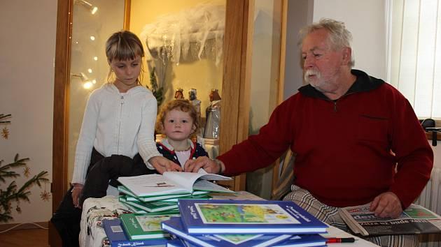 Na jarmarku. Knihy spisovatele Zdeňka Kláska si prohlíželi návštěvníci Adventního jarmarku řemesel v Milevském muzeu.