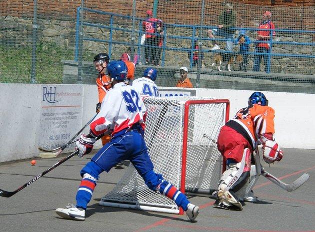 V dalším utkání krajské hokejbalové ligy zvítězilo mužstvo HC ŠD Písek B nad blatenskými Datly 3:2 po samostatných nájezdech.
