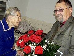 Marii Čuřínové z Radobytců, která slavila sté narozeniny přišel popřát i mirotický starosta Milan Brunclík.