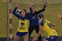 Házenkářky Písku prohrály v elitní ženské soutěži doma s Mostem 19:34. Před brankářkou Kristýnou Neubergovou brání Nicola Palasová (č. 10) a Michaela Součková.