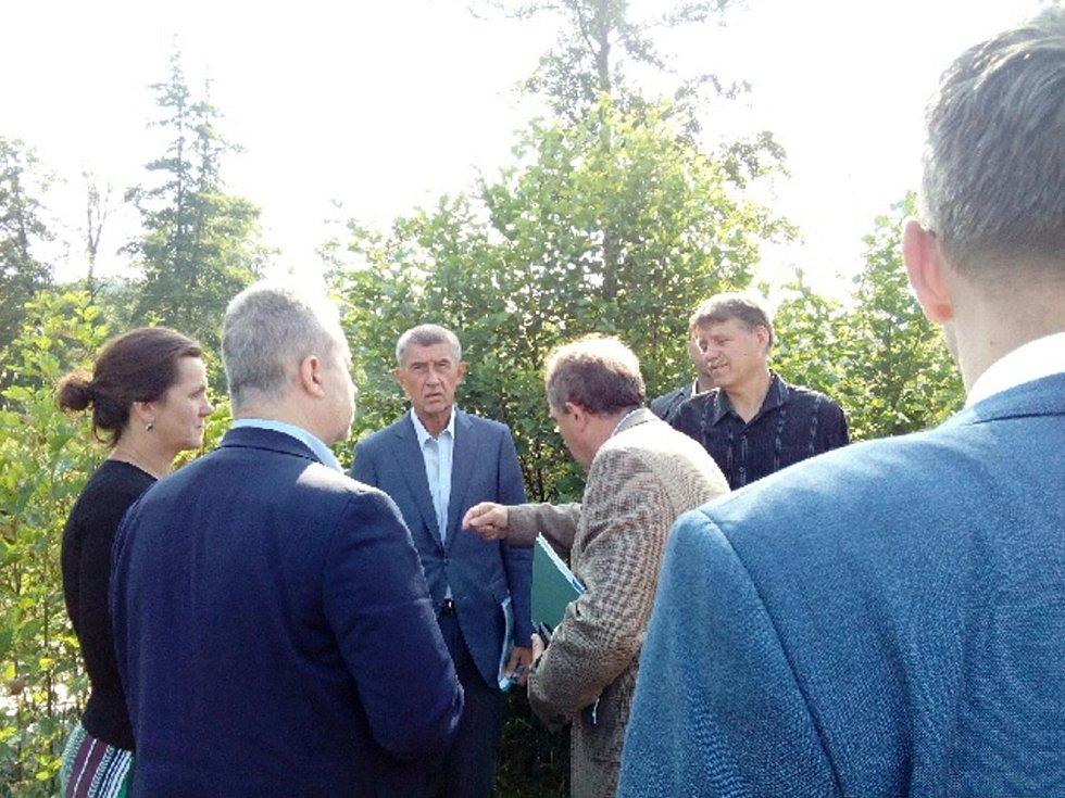 První zastávkou ministerského předsedy a šéfů rezortů životního prostředí, zemědělství a dopravy v Heřmaň na Písecku.
