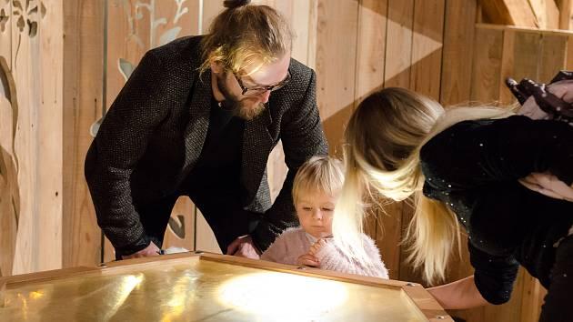 Vernisáž výstavy Včela v písecké dětské galerii Sladovna.