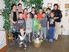 Žáci ZŠ Orlík nad Vltavou se svými učitelkami a ředitelkou školy Hanou Lívancovou (vpravo).
