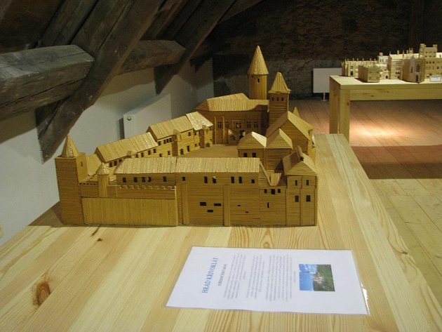 V kaplance své hrady a zámky ze špejlí vystavuje Ladislav Novák.