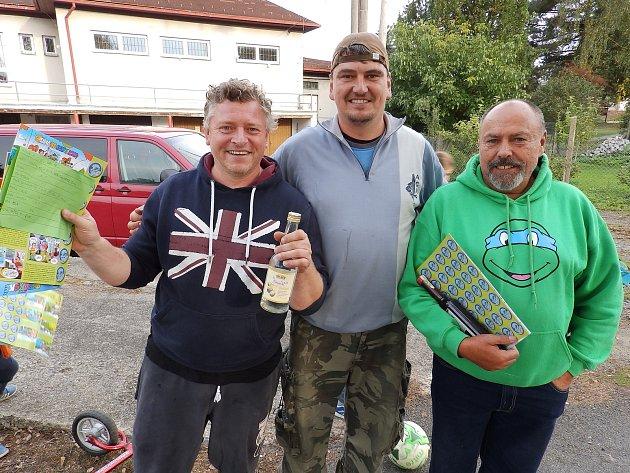 Na snímku jsou tři neúspěšnější rybáři vOslově - kategorie dospělí: uprostřed je vítězný Michal Lexa, vlevo druhý vpořadí Pavel Kamarád a vpravo třetí Milan Hanuš.