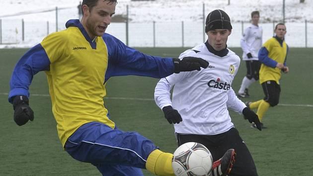 Hostující Zachariáš (vlevo) odkopává míč před Mašátem v přípravném fotbalovém utkání, ve kterém mužstvo FC Písek porazilo SK Benešov 2:0. V sobotu sehrají Písečtí další utkání, tentokrát s druholigovým Táborskem (10.15).