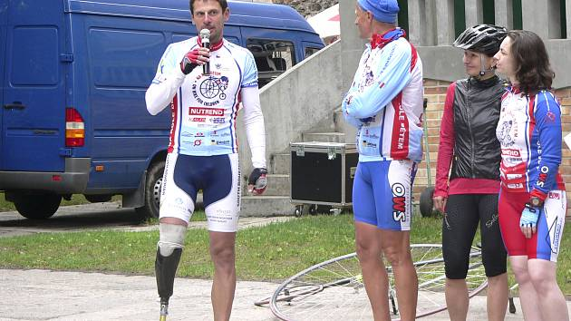 Devítinínásobný mistr světa v jízdě na vysokém kole Josef Zimovčák je na snímku v rozhovoru s píseckým účastníkem  etapy cyklotour  Na kole dětem  Janem Bickem.