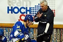 PŘEDÁVÁNÍ RAD. Trenér hokejového Písku Karel Slabý (vpravo) na snímku rozmlouvá s útočníkem Jiřím Ferabauerem.