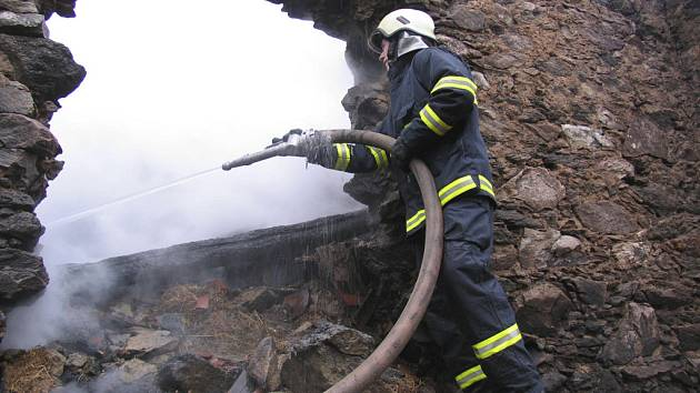 Požár se hasičů podařilo lokalizovat po téměř dvou a půl hodinách.