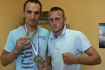 Na snímku vlevo je novopečený mistr světa v kickboxu asociace WPKA Michal Janáček se zlatou medailí za vítězství a s medailí, kterou byl dekorován jako nejlepší bojovník ringových disciplín. Vpravo stojí Viktor Český, který byl ve své kategorii pátý.