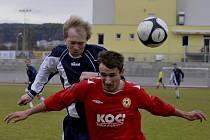Na snímku ze zápasu krajského fotbalového přeboru FC Písek B - FC Chýnov (4:0) jsou v hlavičkovém souboji domácí Martin Voráček (v červeném) a hostující Pavel Hlinka.