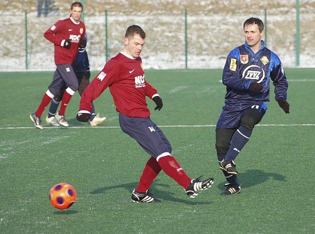 Marek Masopust (vpravo) v souboji o míč s domácím Josefem Komárkem v úvodním zápase Platan Cupu, ve kterém Písek zvítězil nad Milevskem 2:1.