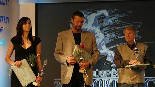 Na snímku z vyhlášení výsledků ankety Sportovec roku 2008 stojí (zleva): házenkářka Iveta Luzumová, kanoista Milan Kučera a trenér atletiky Josef Fuka.