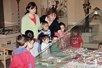 Do výukového  cyklu s Človíčkem do minulosti se  přihlásila také nezisková organizace NADĚJE Písek.  Na snímku  děti s vedoucí Hanou (vpravo) sledují výklad Marcely Drhovské.