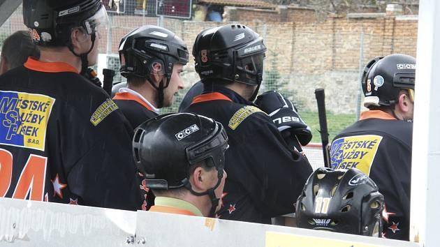 V dalším kole krajské ligy zvítězili hokejbalisté HC ŠD Písek nad Orlem z Českých Budějovic vysoko 16:1. Hráči Švantláku pozorně sledují dění na hřišti.