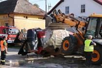 Táborskou ulici zalil beton. Nehodu odklízeli hasiči šest hodin.