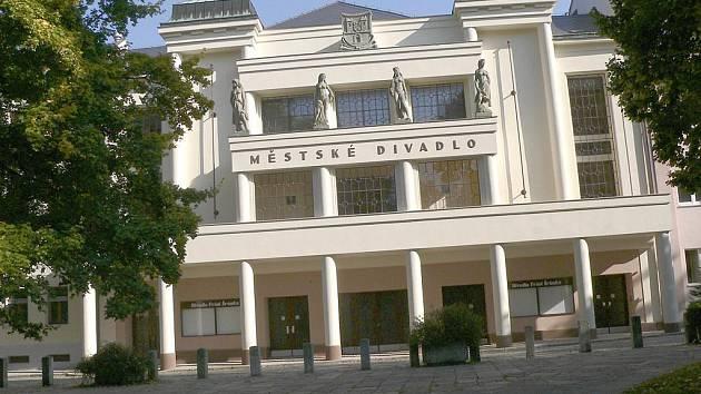 Novotou zářící fasáda na rekonstruované historické budově Divadla Fráni Šrámka v Písku.