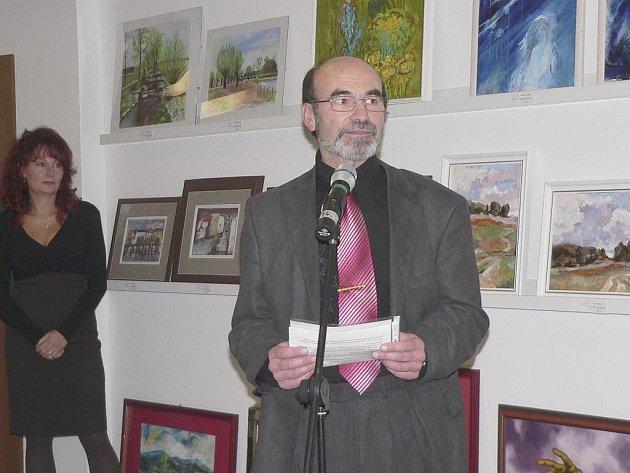 Předsedu Fotoklubu Písek Petr Indra při zahájení výstavy v galerii Portyč.