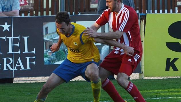PÍSEK PORAZIL ZÁPY 1:0. Martin Voráček (vlevo) si kryje balon před Martinem Glasnovičem.