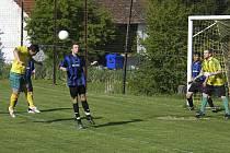 Touto hlavičkou hostující Müller domácího brankáře F. Nováka nepřekonal, přesto v utkání okresní III. třídy v kopané SK Oslov - TJ Králova Lhota třikrát skóroval a přispěl tak k výhře svého týmu 5:0.