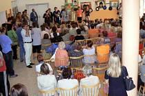 V aule ZŠ T.G. Masaryka připravily budoucí třídní učitelky 59 prvňáčků slavnostní uvítání.