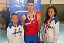 PÍSEČTÍ GYMNASTÉ. Na snímku jsou zleva Tereza Matasová, Tomáš Rapant a Kateřina Rapantová.