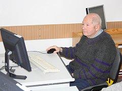 VZDĚLÁVÁNÍ. Ovládat alespoň základní funkce počítače se chce naučit dvaaosmdesátiletý Julius Hrdlička. Proto se rozhodl navštěvovat kurzy ve středisku Pečovatelské služby v Písku.