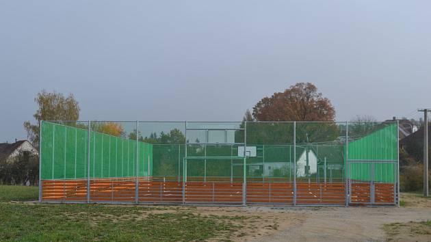 Nové sportoviště v Topělci.