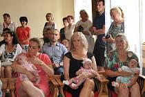 Vítání nových občánků v obřadní síni radnice v Písku.