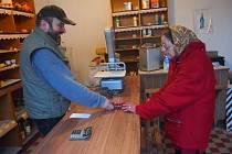 OBCHOD Ladislava Sosnovce navštěvují především starší lidé. K dispozici tu jsou základní potraviny. Na snímku nakupuje Jiřina Faladová, pravidelná zákaznice.