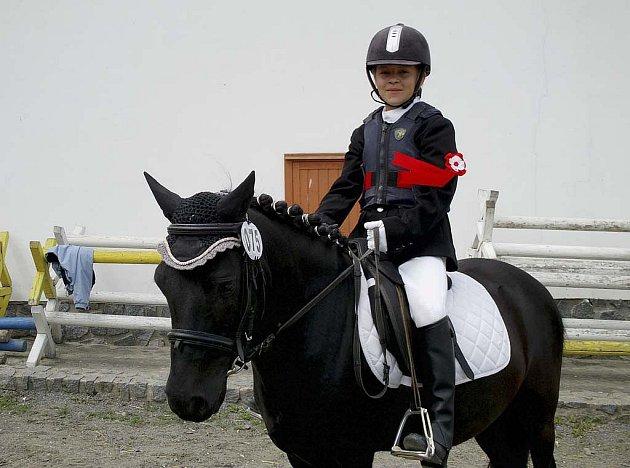 Na snímku je Kristýna Mrzenová (JK Dobrošov) s Havranem 1 po slavnostním dekorování nejlepších jezdců a koní.