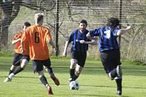 Pavel Němec (u míče) vstřelil dva góly mužstva Oslova v sobotním utkání okresní fotbalové III. třídy proti SK Čimelice B (3:3).