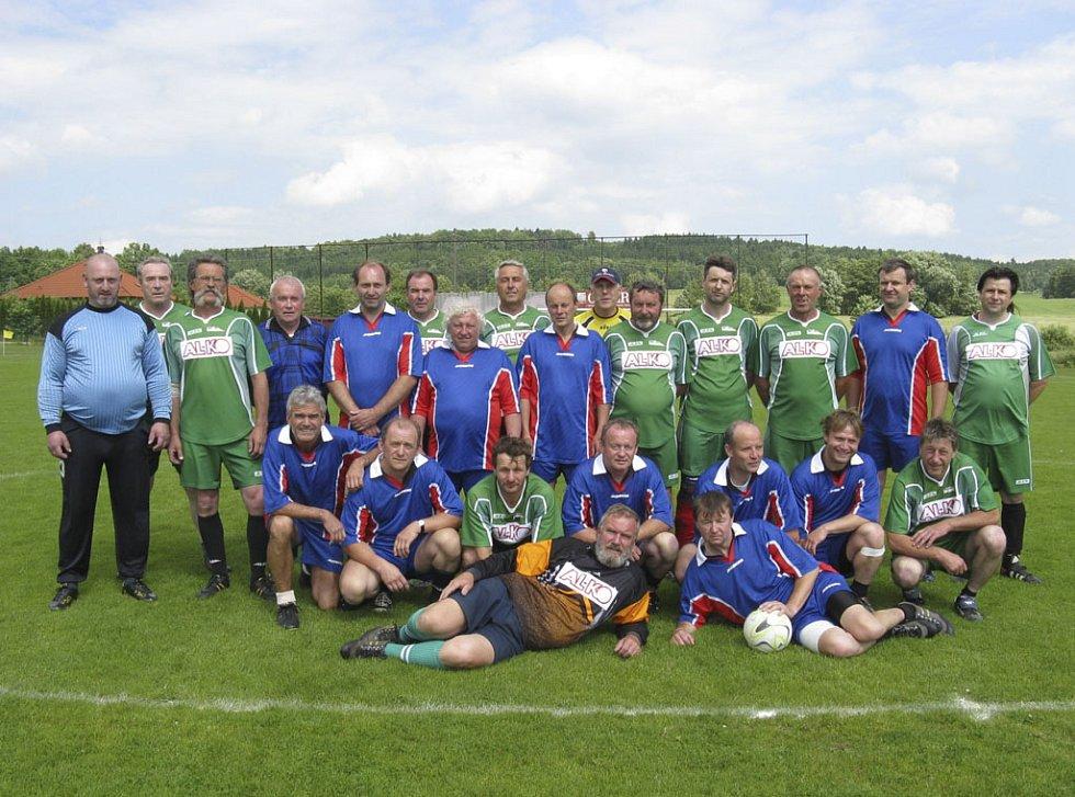 Na snímku jsou hráči obou mužstev, kteří v přátelském utkání zavzpomínali na uplynulé roky strávené v dresu semického klubu a předvedli divákům pohledný fotbal i pěkné góly.