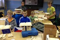 POVEDLY SE! Jednou z aktivit projektu je práce se dřevem, ze kterého děti vyráběly ptačí budky.