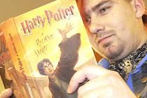 FENOMÉN. To, že knihy o brýlatém čaroději s jizvou ve tvaru blesku čtou i dospělí, dokládal zájem i odrostlejšího punkera.