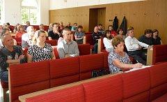 Obyvatelé Purkratic na setkání s představiteli Písku.