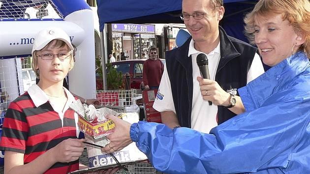V Písku se Den s Deníkem letos již jednou konal - 11. dubna na náměstí. Vítězem soutěže o nejzajímavější výrobek z novin se stal dvanáctiletý Daniel Houzar. Cenu, spací pytel, mu předala Petra Hřebejková. Uprostřed moderátor Ivan Mls z Českého rozhlasu.